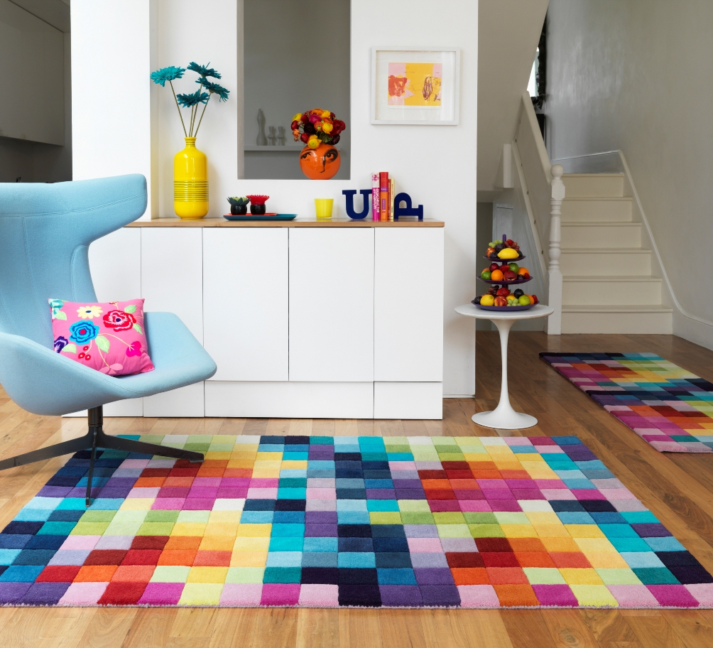 Разноцветные кубики на ковре в интерьере детской