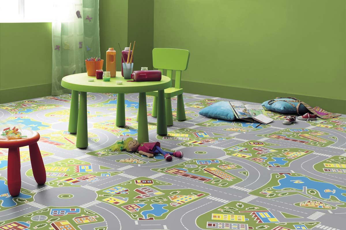 Трасса на ковре в интерьере детской