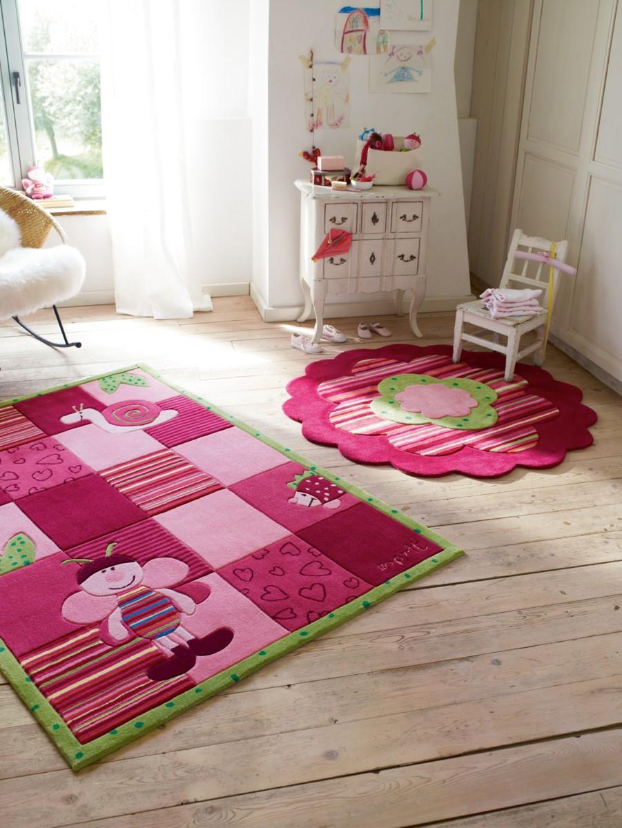 Розовый коврик в интерьере детской