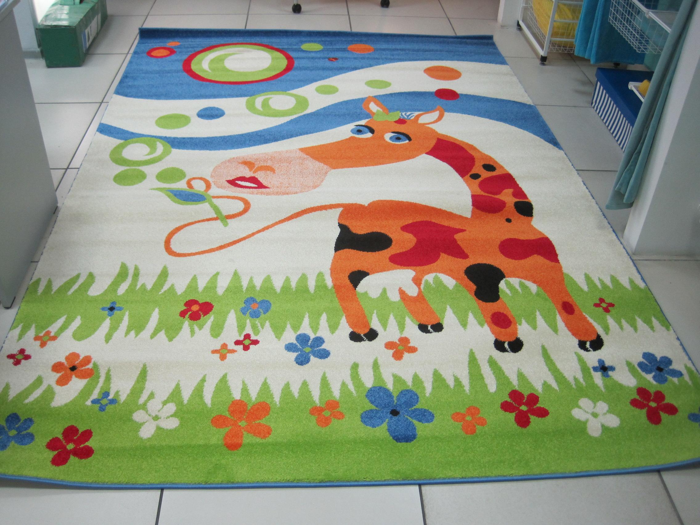 Яркий коврик с изображение коровы в интерьере детской