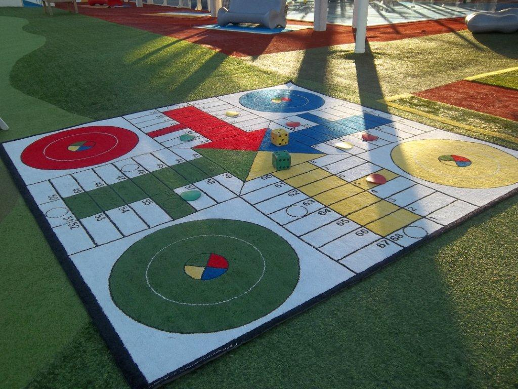 Геометрический рисунок на ковре в интерьере детской
