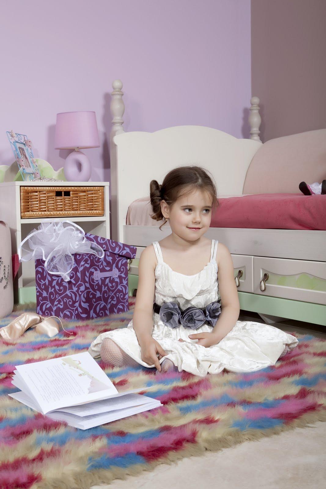 Девочка на ковре в интерьере детской