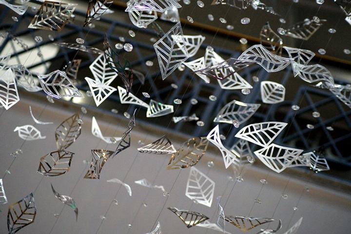 Световая инсталляция из падающих листков