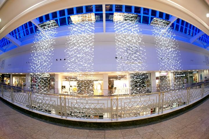 Каскадная инсталляция в крупном торговом центре