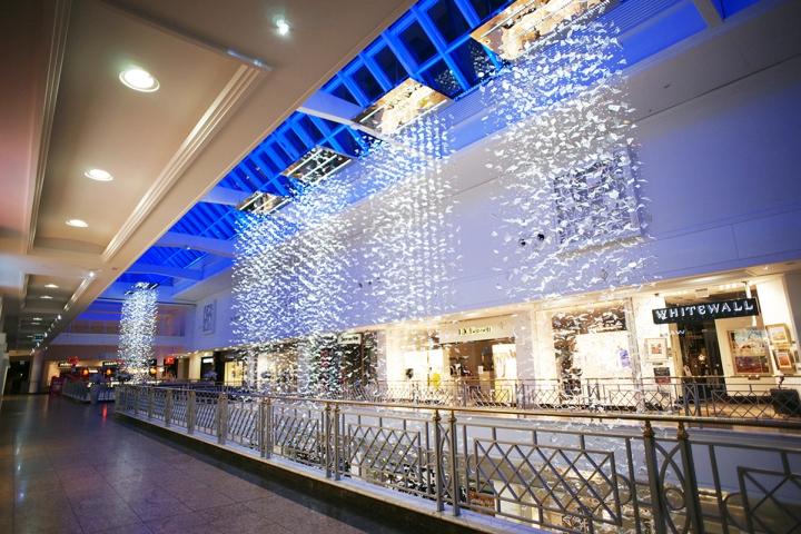 Световая инсталляция из каскадов в торговом центре