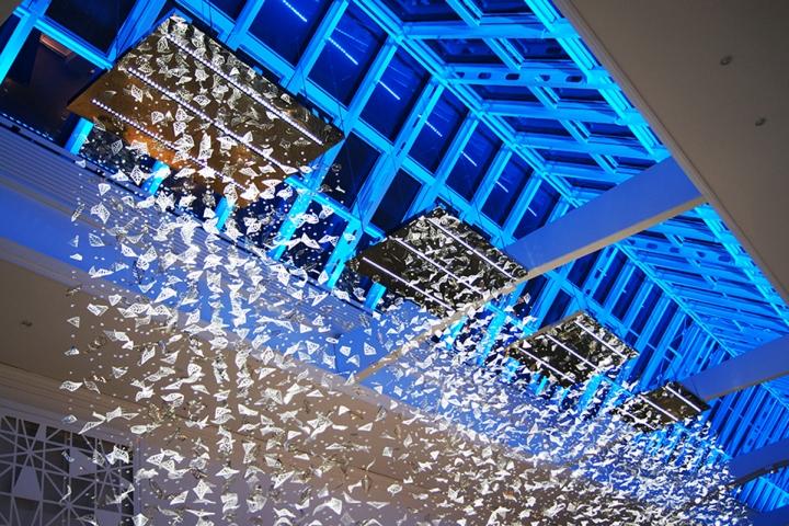 Световая инсталляция из потолка в крупном торговом центре