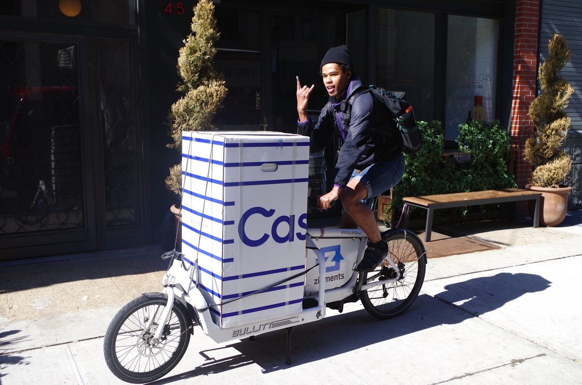Перевозка компактного матраца на велосипеде