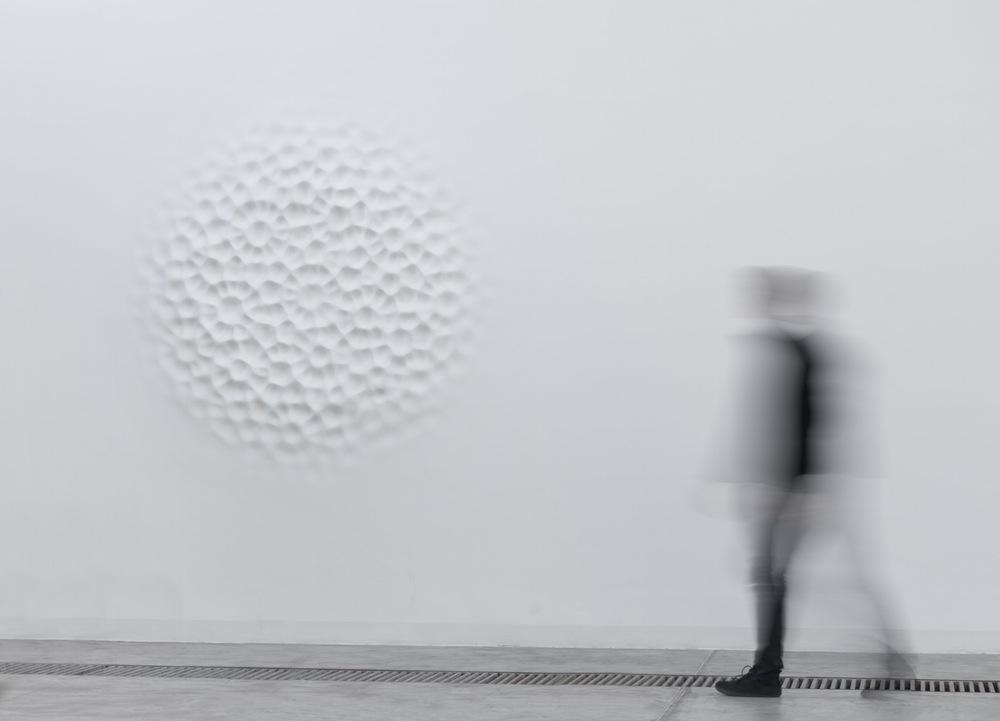 Лорис Чекини: пульсирующие рельефные панно с изображением круговых волн