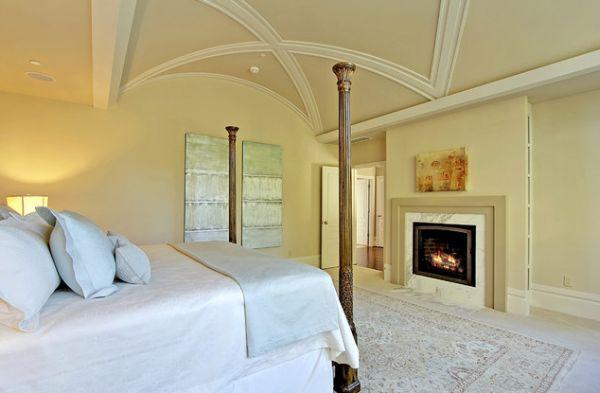 Элегантная отделка в спальне с камином