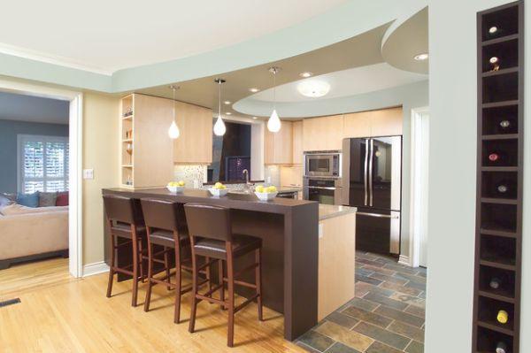 Уютная кухня с подвесными светильниками