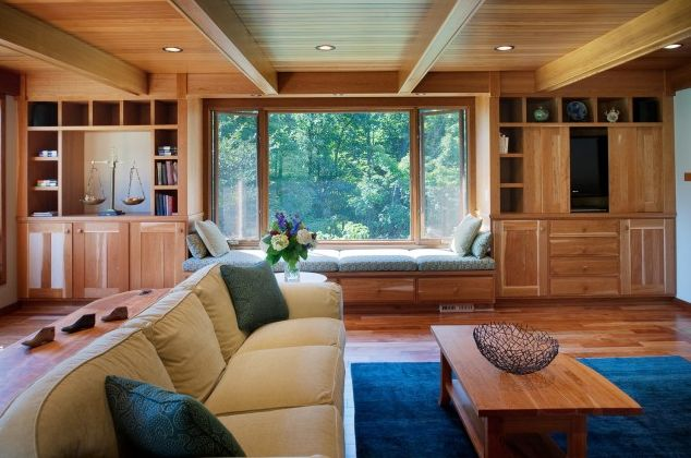 Потолок с балками в деревянной гостиной