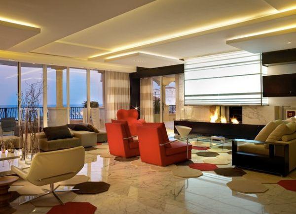 Интерьер современной гостиной с камином