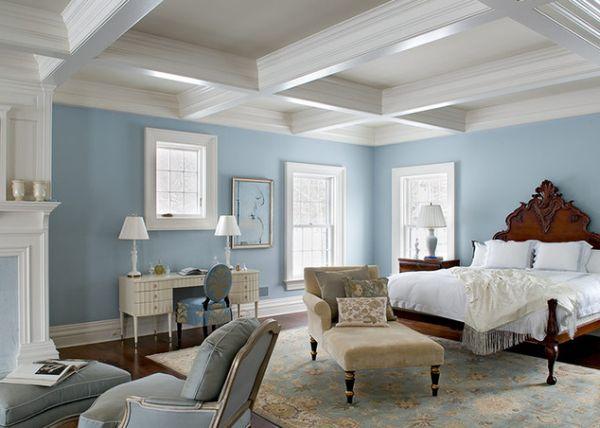 Белый потолок в светло-голубой классической спальне