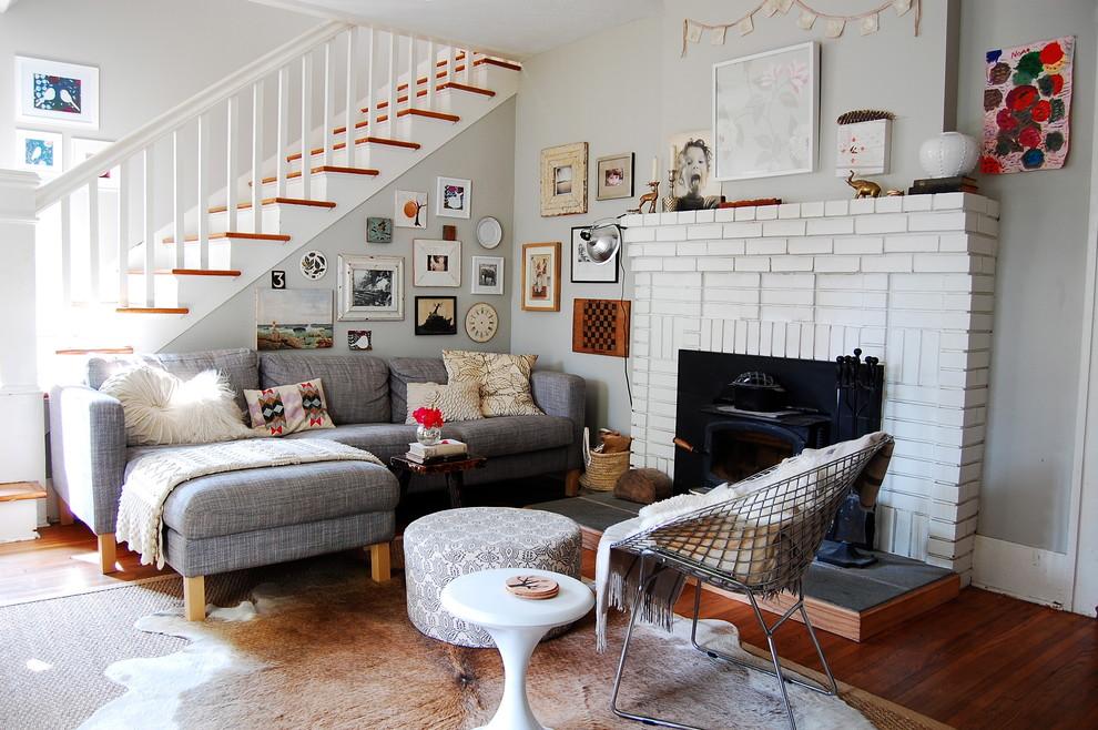 Гостиная в стиле эклектика с серым диваном
