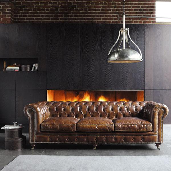 Классический кожаный диван в гостиной