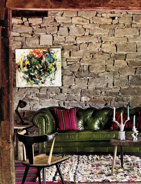 Знаменитый кожаный диван в гостиной