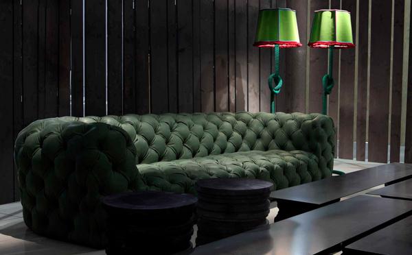 Роскошный мягкий диван в гостиной