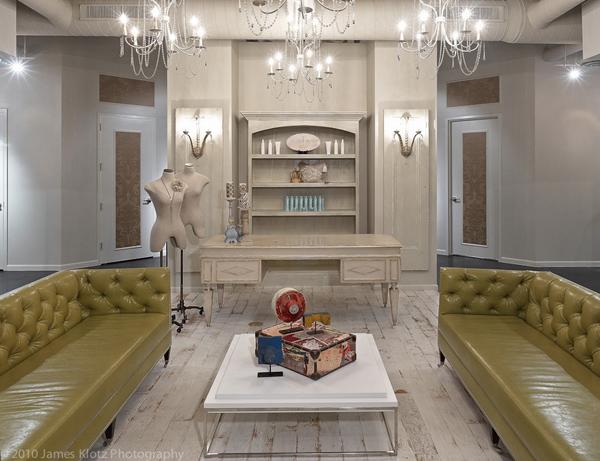 Классические кожаные диваны в гостиной
