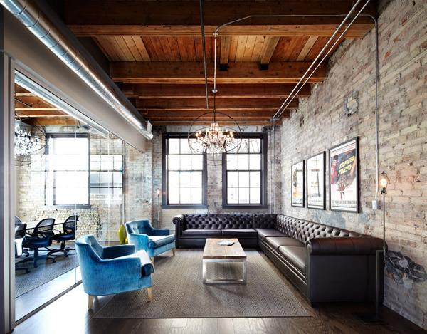 Чудесный кожаный диван в гостиной