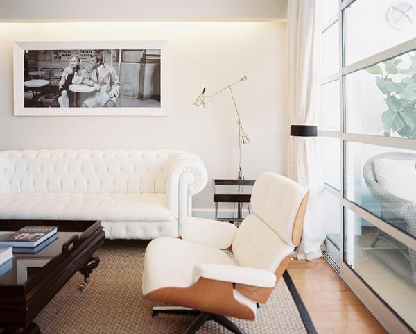 Красивый белый диван в гостиной