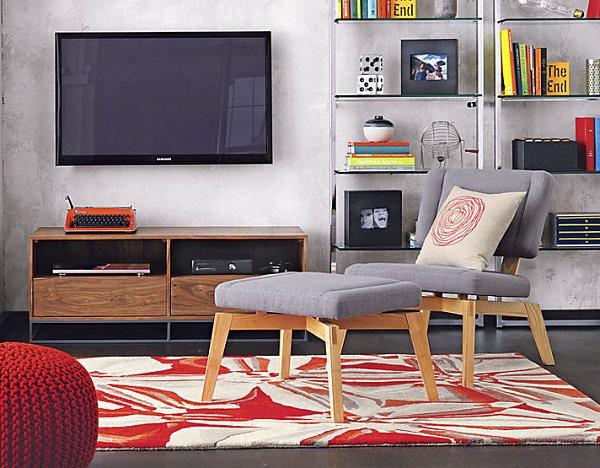 Дисплей телевизора на современной консоли в гостиной