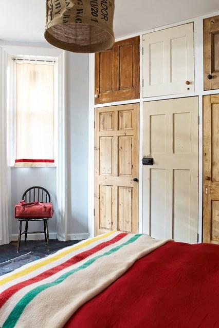 Деревянные фасады шкафов в интерьере спальни