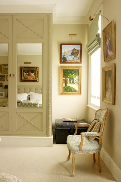 Красивый шкаф в интерьере спальни
