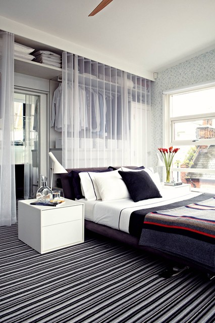 Открытая гардеробная за шторкой в спальне