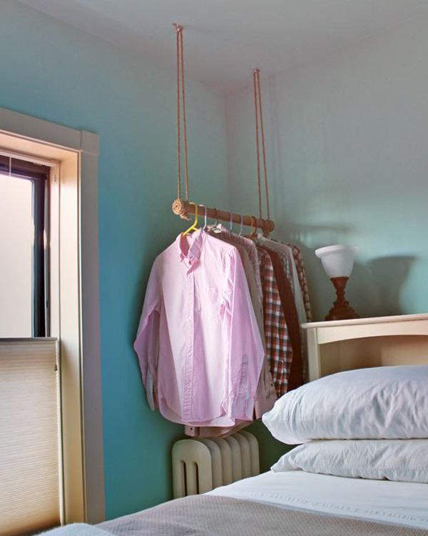 Одежда на подвесной вешалке, обмотанной канатом