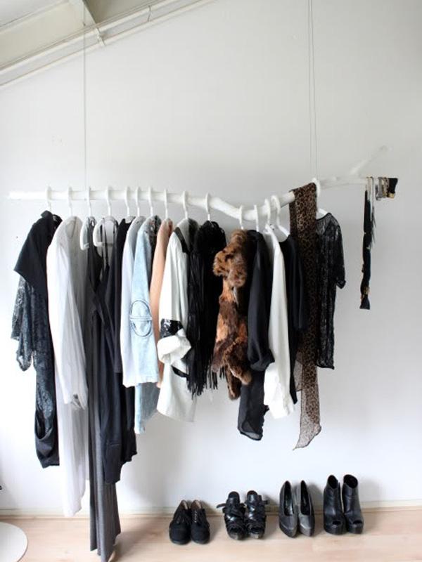 Одежда на окрашенной белой ветке