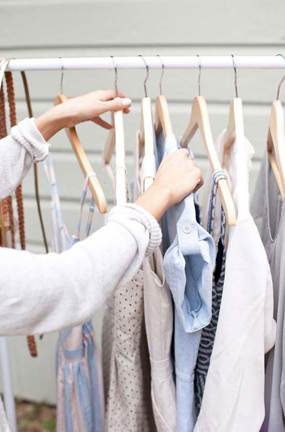 Одежда на вешалке из пластиковых труб
