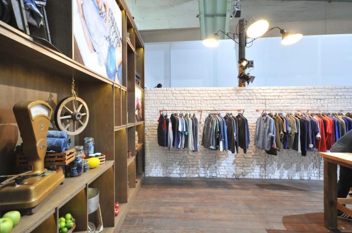 Вешалки с одеждой в павильоне на международной выставке