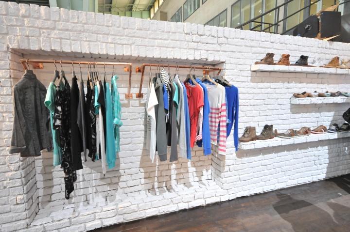 Ассортимент одежды и обуви в павильоне на международной выставке