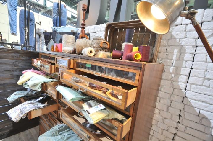 Выдвижные ящики с продукцией в павильоне на международной выставке
