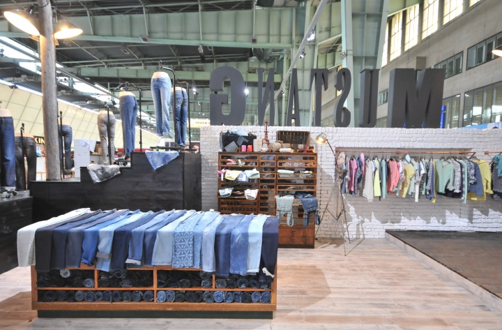 Открытая выкладка джинсов в павильоне на международной выставке