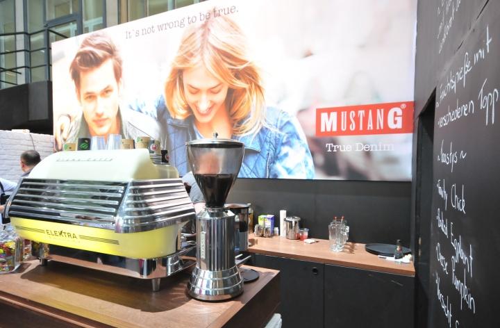 Кофе-молка и кофе-машинка в павильоне на международной выставке