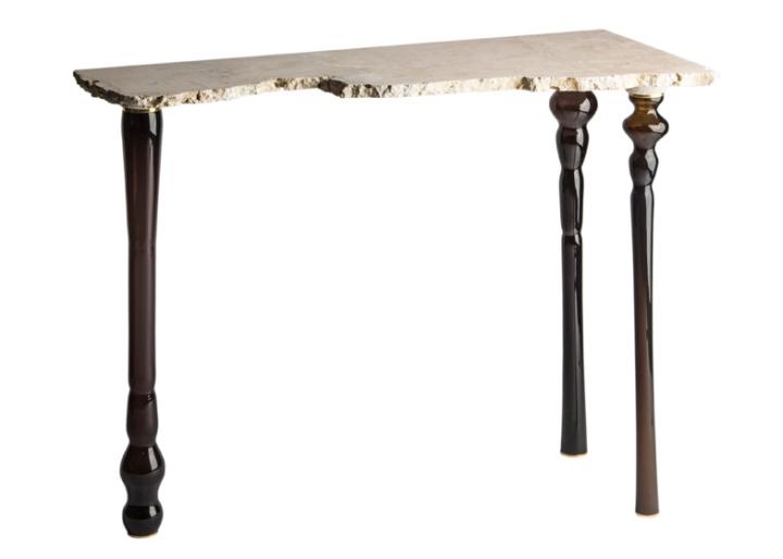 В коллекцию шедевров мастера входит необычный стол с креативной каменной поверхностью