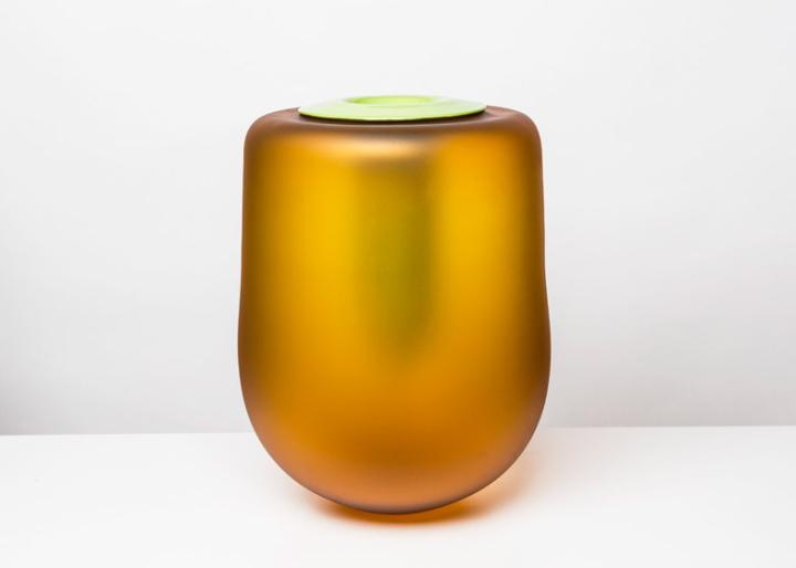 Сосуды в коллекции объединяют модели, выполненные с применением огненного или нейтрального цвета