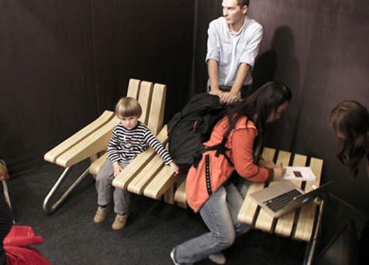 Люди сидят на многофункциональной скамье Beyond от Каролины Тилки и Шимона Навы