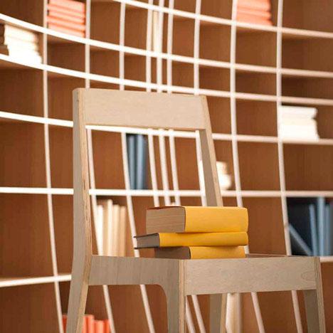 Вогнутый функциональный шкаф для книг и стул