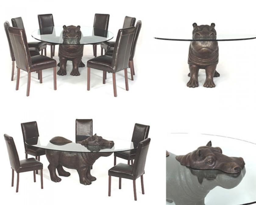 Стеклянный стол с бронзовым бегемотом в интерьере