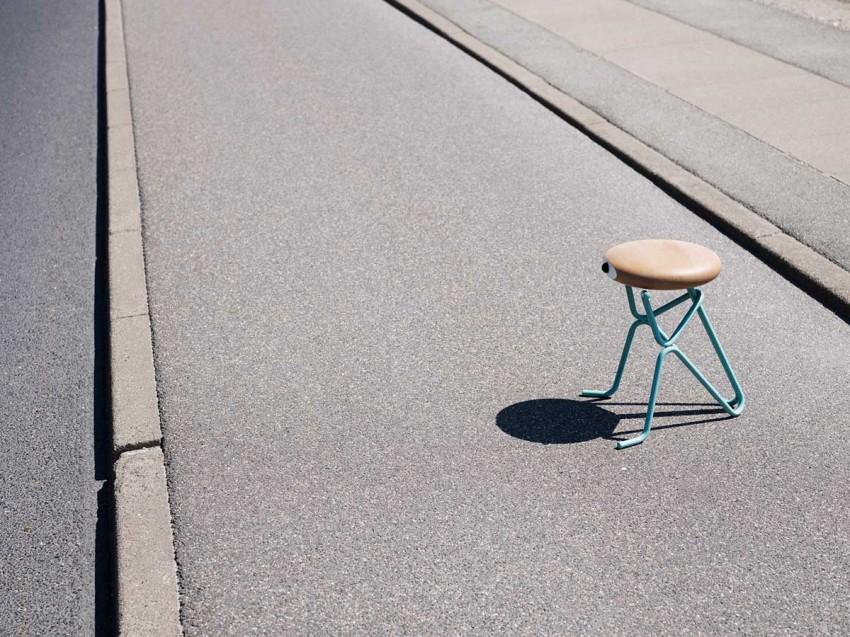 Одинокий стул на улице Companion Stools