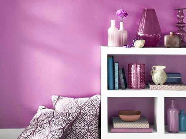 Применение фиолетового цвета в оформлении стен