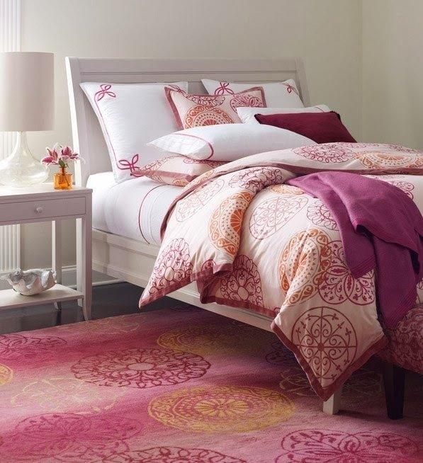 Фиолетовый плед на кровати в интерьере