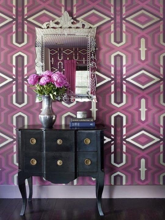 Узоры на фиолетовой стене