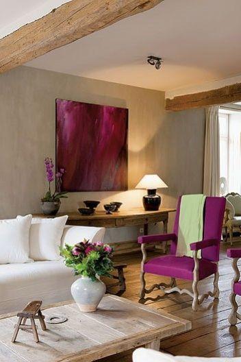 Стул и картина фиолетового цвета