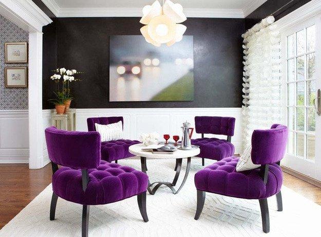 Фиолетовые стулья вокруг столика