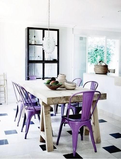 Фиолетовые стулья у обеденного стола