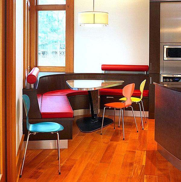 Яркий угловой диванчик в кухне