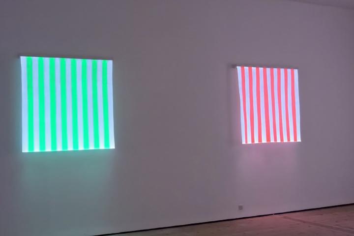 Экспозицию в виде зеленых и розовых полос на светлом фоне